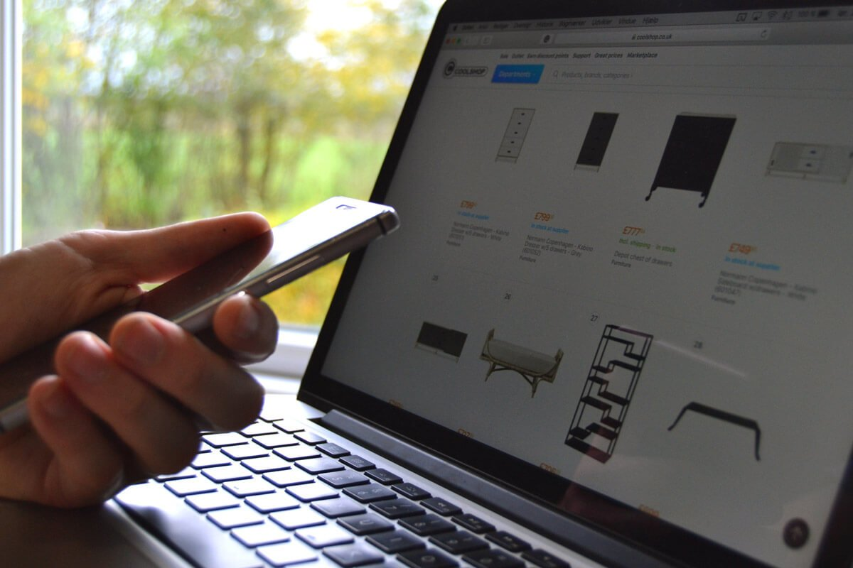 Black friday shopping med telefon og computer