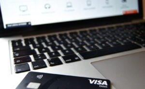 black friday tilbud med Visa kreditkort og computer shopping